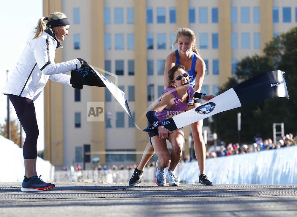 【陸上】倒れたトップランナーを介助 17歳の少女の決断に称賛の声 ダラス・マラソン(米テキサス州)にて